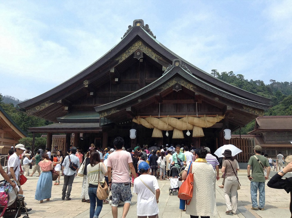 Many tourists visiting at Izumo shrine .