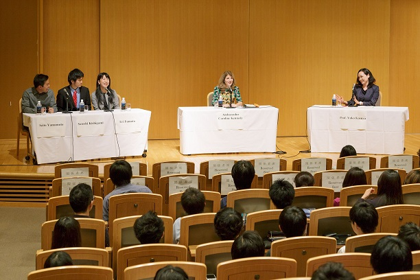 """Studying in the U.S. – Dialogue with Ambassador Kennedy,"" held for Keio students to cultivate interest in studying abroad in the U.S. (Susumu Ishito)"