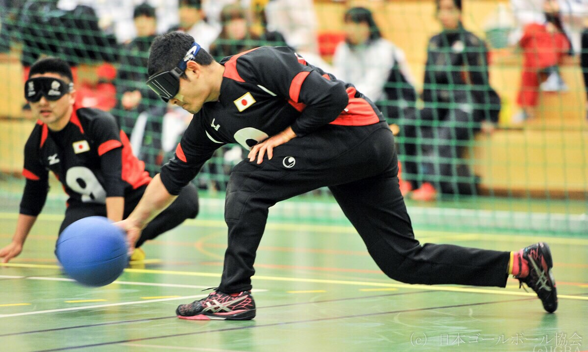a player bounces the ball towards the opponents' goal to get it into.   (provided by Japan GoalBall association / taken by Ryo Ichikawa)