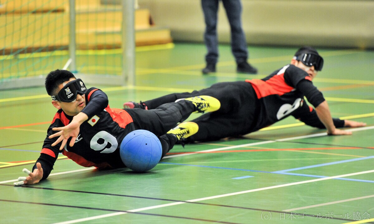 players tilt toward the ball to keep goal. (provided by Japan GoalBall Association/ taken by Ryo Ichikawa)