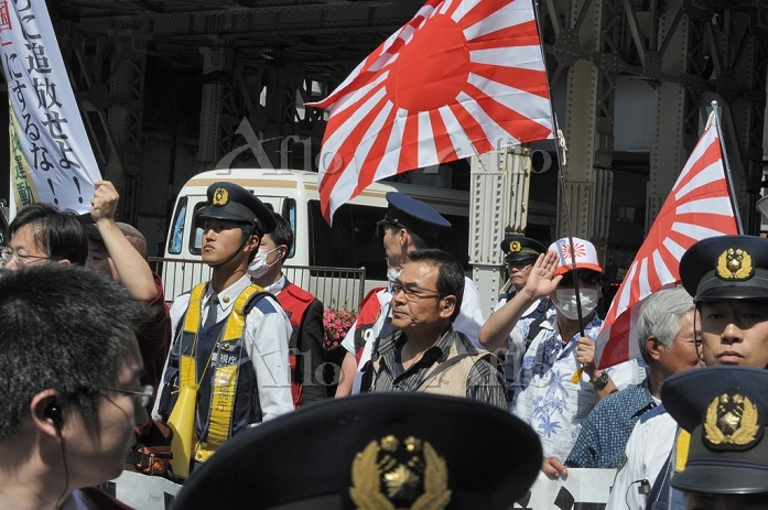 150517-9621 - Anti-foreign demonstrators and their anti-racism critics face off in Tokyo