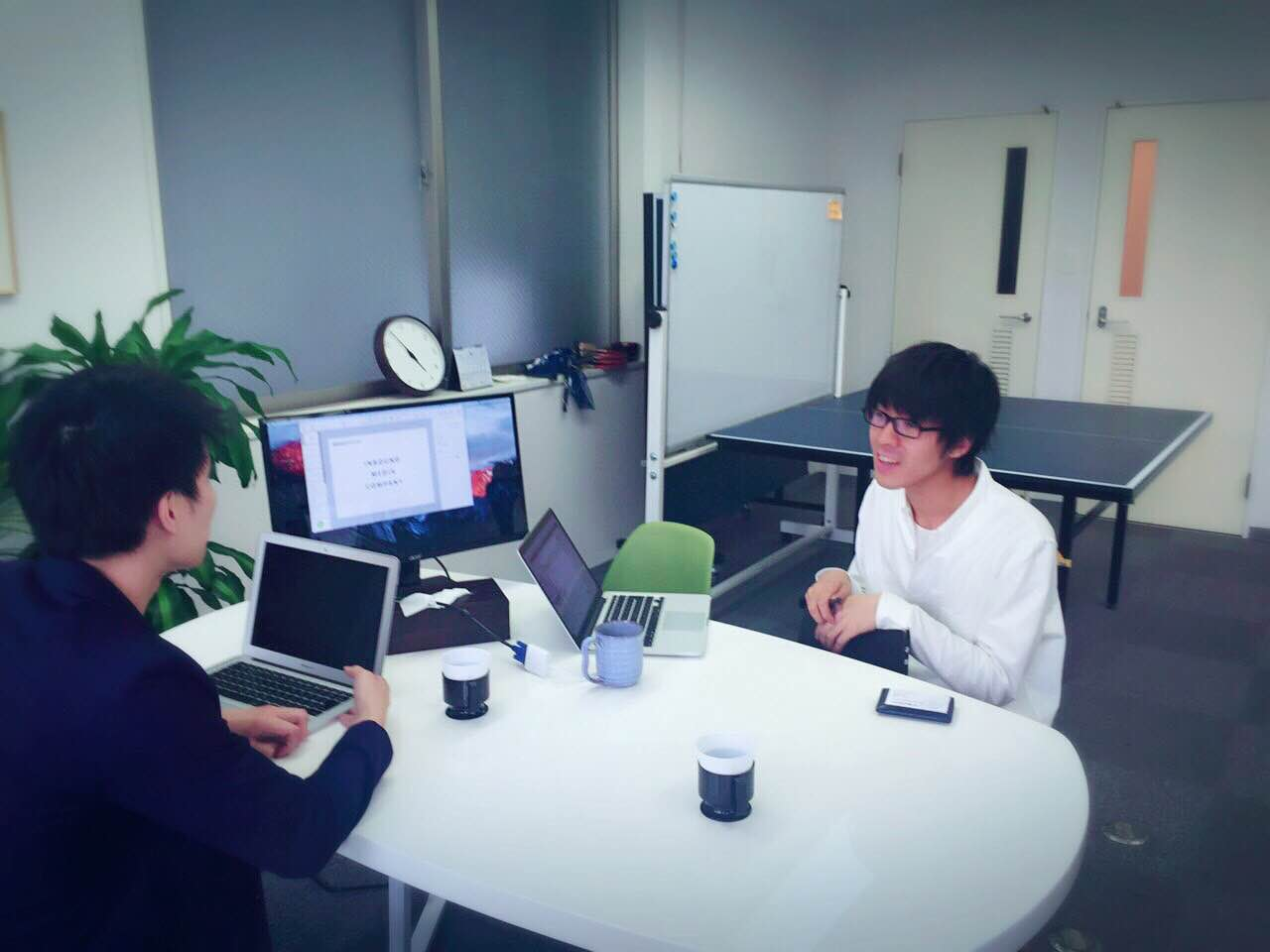 In this picture, Mr. Macoto Huang (left) interviews with Mr. Aoki (right), the CEO of MATCHA, May 2016. Mr.Aoki is talking about his Passion and ambition. (Mitacampus)
