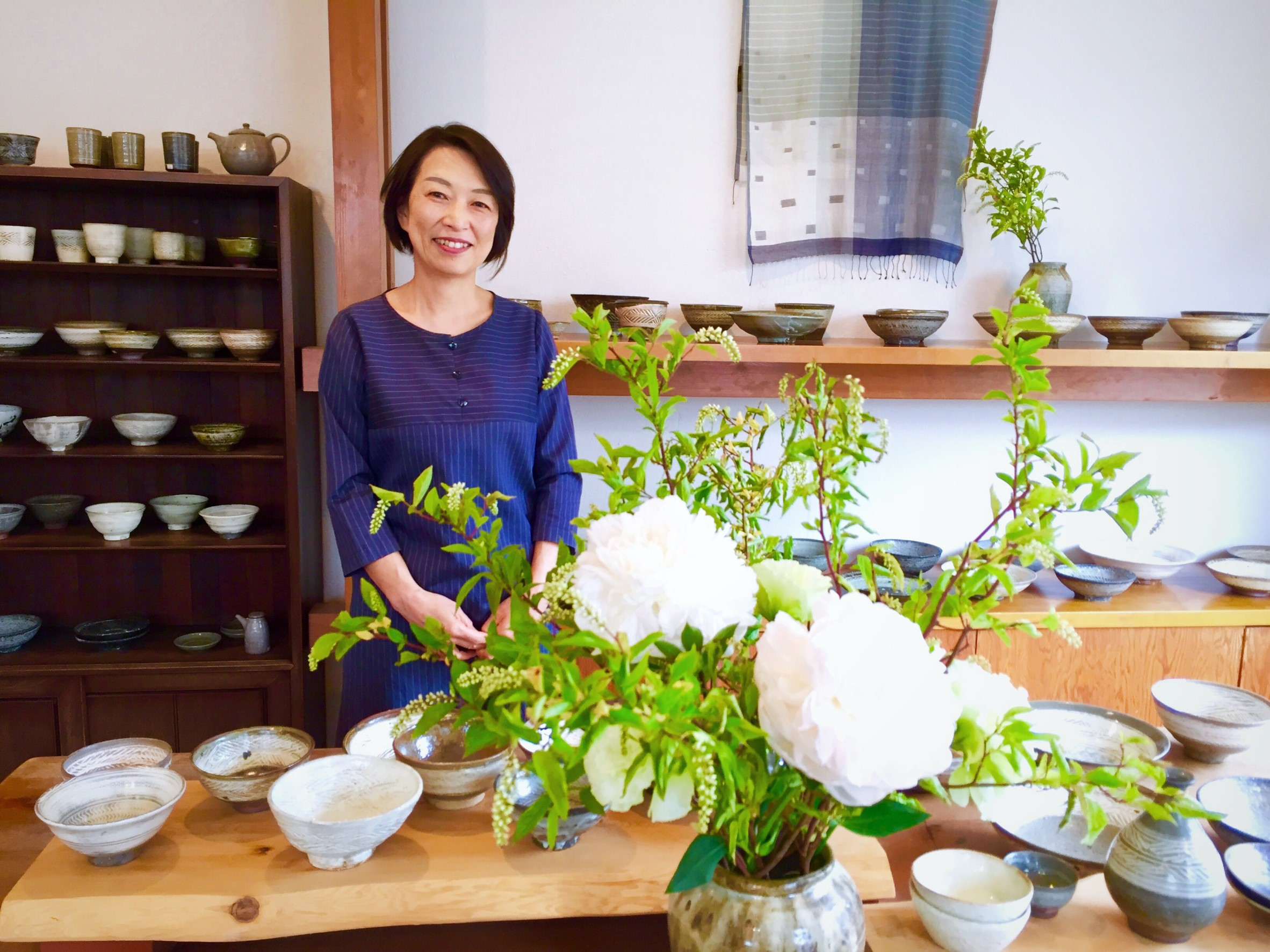 Ms. Mari Kawasaki is a food stylist who arranges the tables with pottery and accessories so that dishes look more attractive in magazines or recipe books